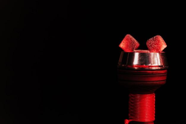 Glühende kohlen einer wasserpfeife in einer shisha-schüssel Premium Fotos