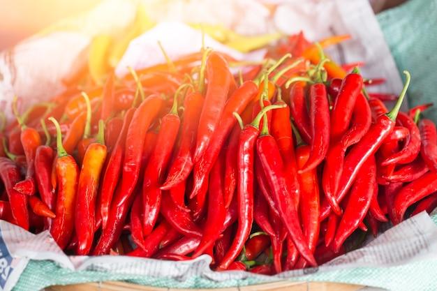 Glühender chili-nahrungsmittelbestandteil der heißen und würzigen bevorzugung des thailändischen lebensmittels. Premium Fotos