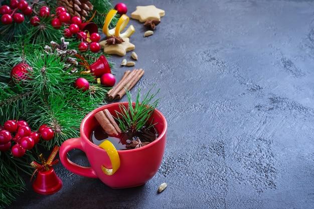 Glühwein in roten bechern und weihnachten festlich Premium Fotos
