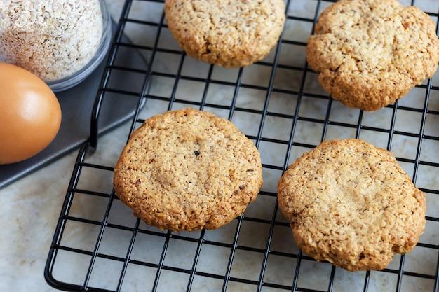 Glutenfreie hausgemachte haferkekse, hafer, ei auf kühlregal. selektiver fokus getontes foto. Premium Fotos