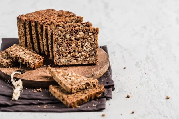 Glutenfreies brot mit haselnuss und leinsamen auf einem hölzernen brett Premium Fotos