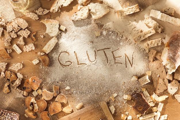 Glutenfreies essen. verschiedene nudeln, brot und snacks auf hölzernem hintergrund von oben. gesundes und diät-konzept. Kostenlose Fotos