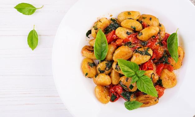 Gnocchi nudeln im rustikalen stil Premium Fotos
