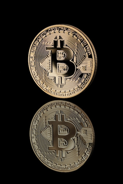 Gold bitcoin münze. reflexion von bitcoin-symbolen. bitcoin-kryptowährung. unternehmenskonzept. Premium Fotos