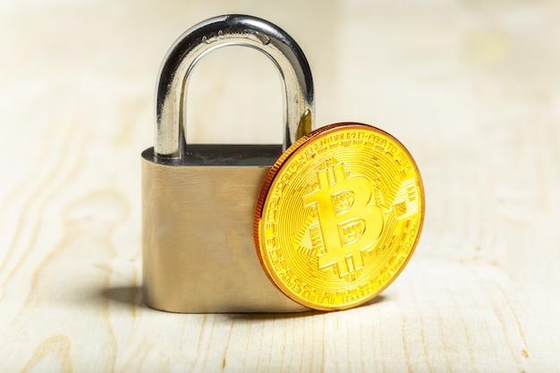 Gold bitcoin und vorhängeschloss Premium Fotos