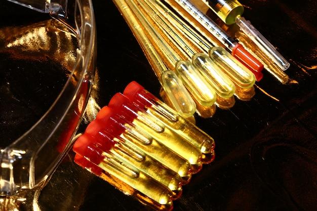 Gold science medical f & e, pipette, schutzbrille, spritze, stethoskop, glasröhrchen-labortestgeräte Premium Fotos