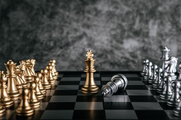 Gold- und silberschach auf schachbrettspiel für geschäftsmetapherführungskonzept Kostenlose Fotos