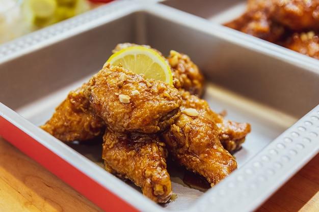 Golden crunchy korean fried chicken (huraideu-chikin) mx mit knoblauchsauce und zitronenscheiben. Premium Fotos