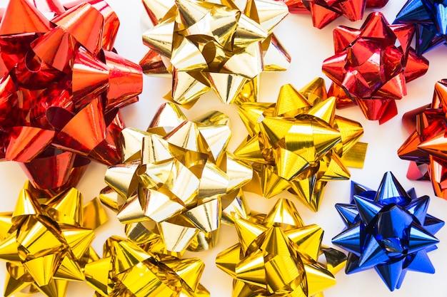Golden; rote und blaue dekorative bänder auf weißem hintergrund Kostenlose Fotos