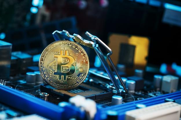 Goldene bitcoin-kryptowährung auf computerplatine cpu. Premium Fotos
