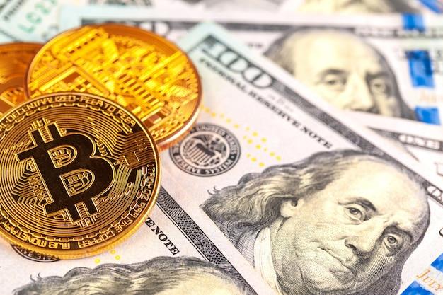 Goldene bitcoin münzen auf einem papierdollargeld Premium Fotos