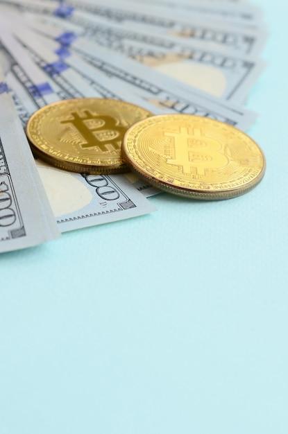 Goldene bitcoins und hundert dollarscheine Premium Fotos