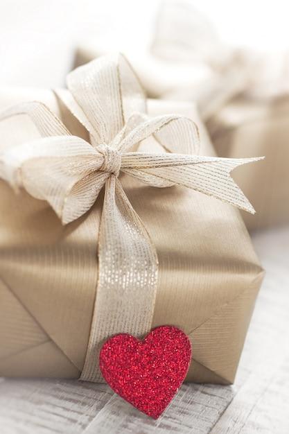 goldene geschenk pakete mit einem roten herzen download. Black Bedroom Furniture Sets. Home Design Ideas