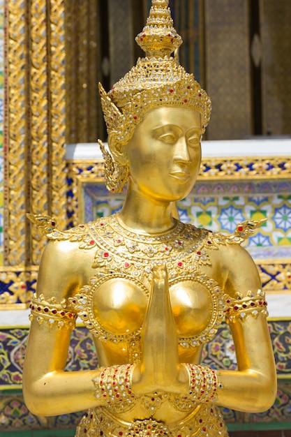 Goldene kinnari-statue bei wat phra kaew, bangkok, thailand Premium Fotos