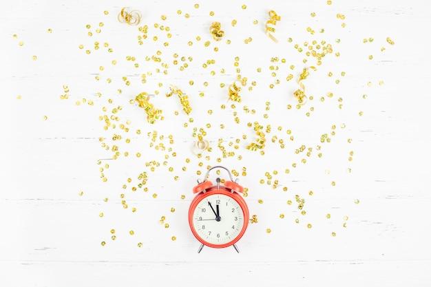 Goldene konfettis des zusammensetzungsweckers des neuen jahres Premium Fotos
