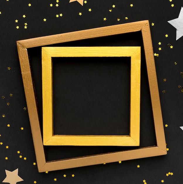 Goldene rahmen auf dem tisch Kostenlose Fotos