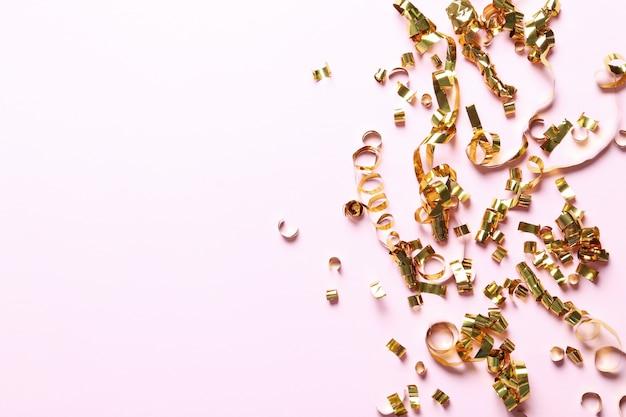 Goldene serpentine und girlanden Kostenlose Fotos