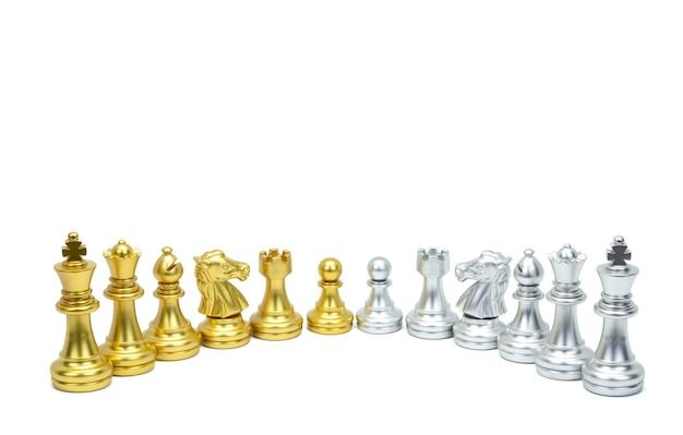 Goldene und silberne schachfigur stehen in einer reihe isoliert auf weißer oberfläche. beschneidungspfad Premium Fotos