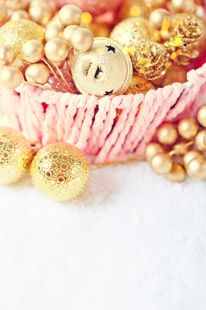 Goldene weihnachtsbälle auf einem hellen hintergrund. ansicht von oben. Premium Fotos