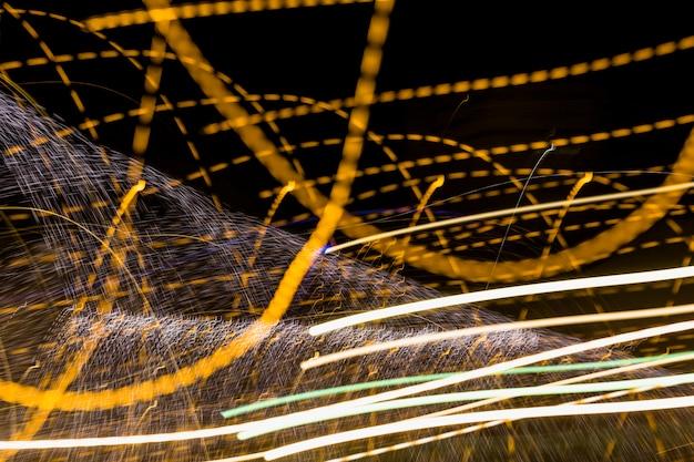 Goldene wirbelnde linien auf dunklem hintergrund Kostenlose Fotos