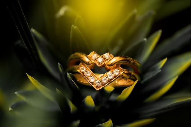 Goldener ehering mit diamanten Premium Fotos