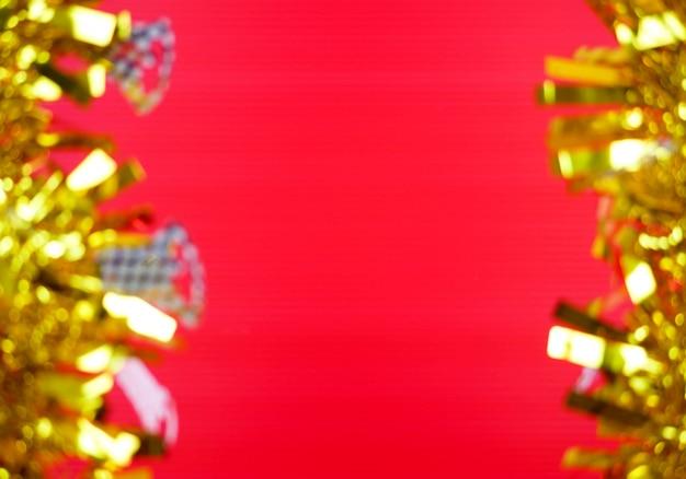 Goldener fram mit unscharfem auf rotem hintergrund Premium Fotos