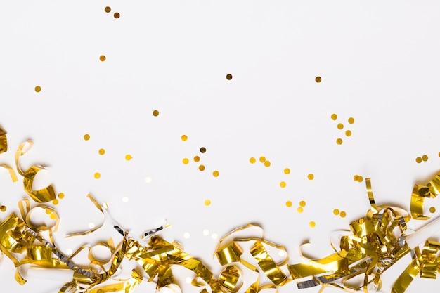 Goldener konfetti auf weiß Premium Fotos