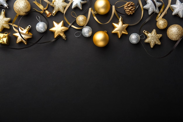 Goldener silberner weihnachtsdeko auf schwarzem Kostenlose Fotos