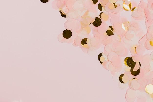 Goldener und rosafarbener confetti an der party der neuen jahre Kostenlose Fotos