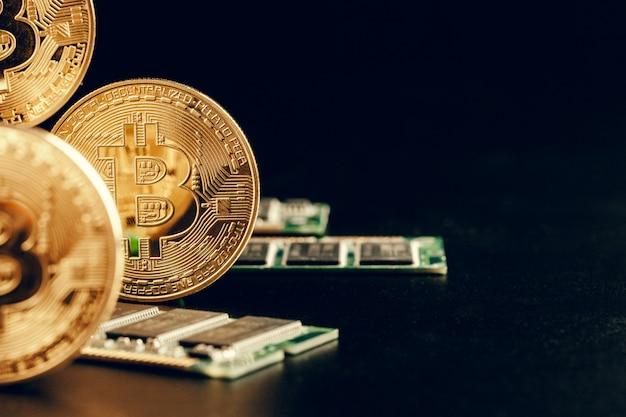 Goldenes bitcoin und computerchip Premium Fotos