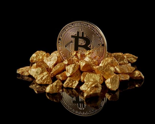 Goldenes bitcoin und goldene klumpen als welttrends, beide isoliert mit reflektierender oberfläche. innovationsgeschäft für e-geld-mining-blockchain in digitaler virtueller währung Premium Fotos