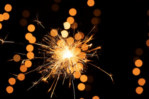 Goldenes feuerwerkslicht des niedrigen winkels Kostenlose Fotos