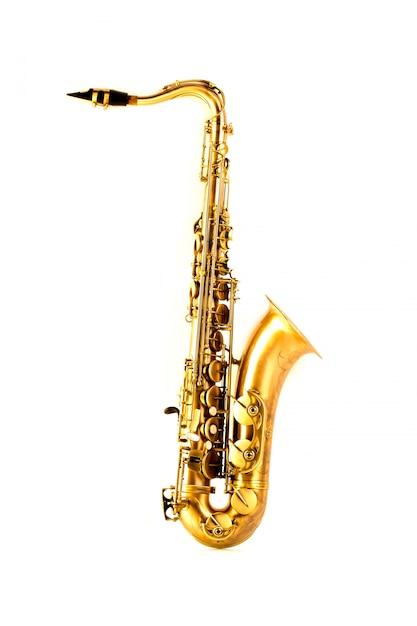 Goldenes saxophon des tenorsaxophons lokalisiert auf weiß Premium Fotos