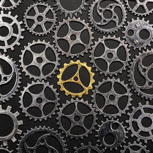 Goldenes zahnrad umgeben von metallzahnrädern. Premium Fotos