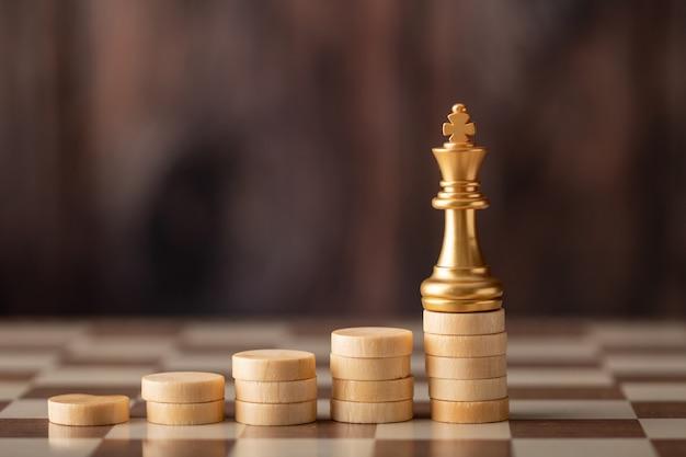 Goldkönig auf dem step-chip an bord Premium Fotos