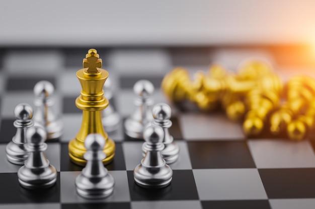 Goldkönig im schachspiel, geschäftserfolg oder entscheidung den weg zum erfolg. Premium Fotos