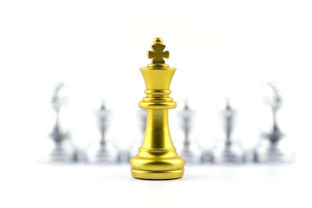 Goldkönig im schachspiel mit konzept für firma. Premium Fotos