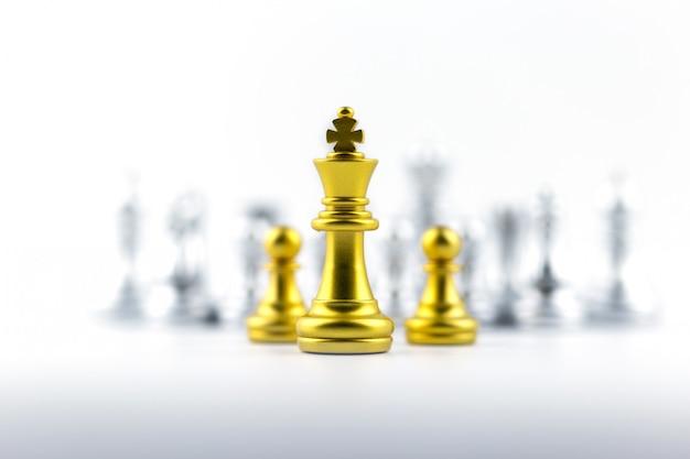 Goldkönig im schachspiel mit konzept für unternehmensstrategie. Premium Fotos