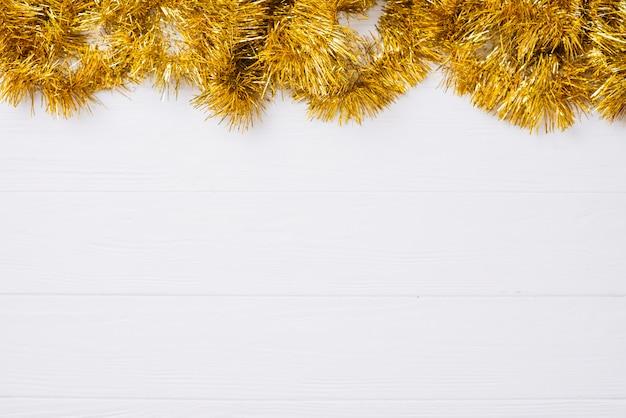 Goldlametta auf holztisch Kostenlose Fotos