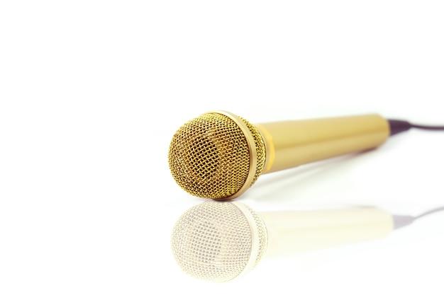Goldmikrofon auf getrenntem weiß Premium Fotos