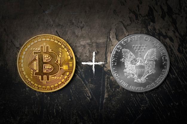 Goldmünze bitcoin und silberdollar mit pluszeichen. dunkler hintergrund Premium Fotos