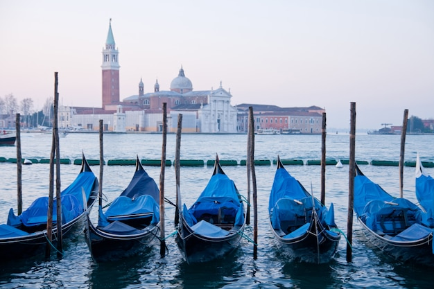 Goldola-bootsparken in der lagune des canal grande venedig italien Premium Fotos