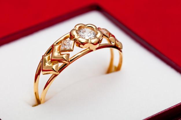 Goldring mit weißen zirkonia verziert Premium Fotos