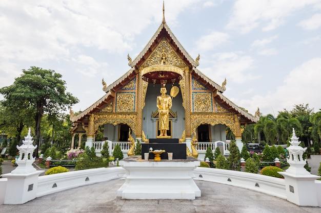 Goldtempel und statue in thailand Premium Fotos