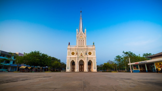 Gotische kirche im hintergrund des blauen himmels, thailand Premium Fotos