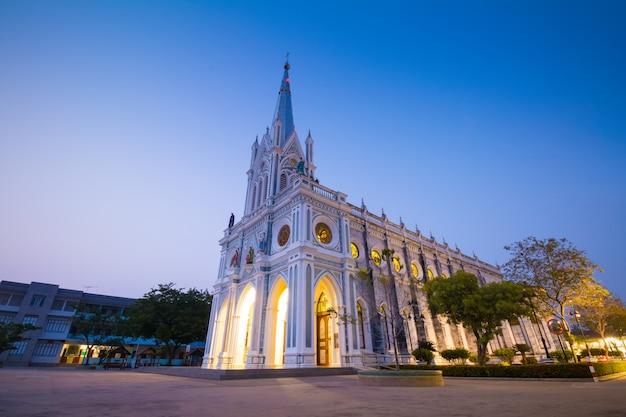 Gotische kirche in der dämmerungszeit, thailand Premium Fotos