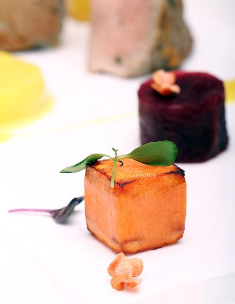 Gourmet-essen auf dem tisch Kostenlose Fotos
