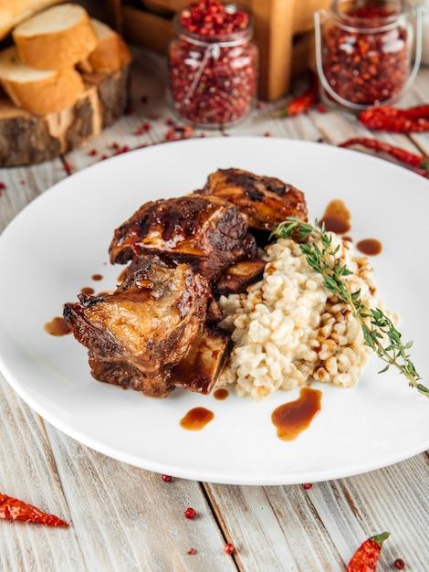 Gourmet-rindfleisch-rippchen mit perlgerstenrisotto Premium Fotos