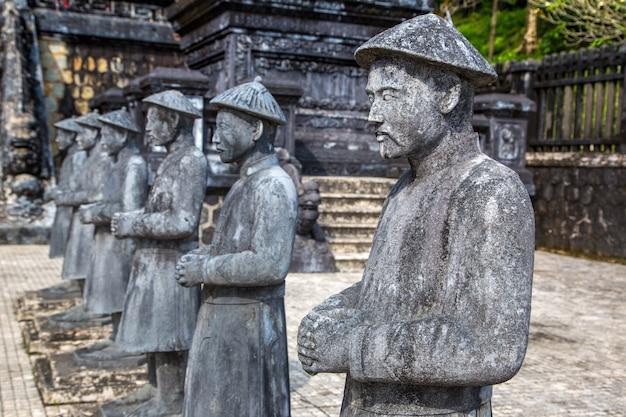 Grab von khai dinh mit manadarin ehrengarde in hue in vietnam Premium Fotos
