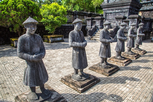 Grab von khai dinh mit manadarin ehrengarde in hue Premium Fotos